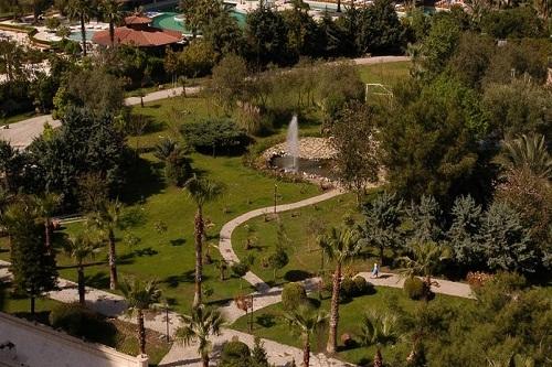 محوطۀ بیرونی هتل رویال پالم ریزورت کمر آنتالیا Royal Palm Resort