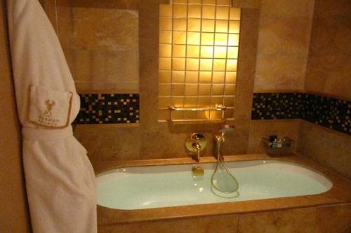حمام و سرویس بهداشتی اتاق های استاندارد هتل مردان پالاس آنتالیا