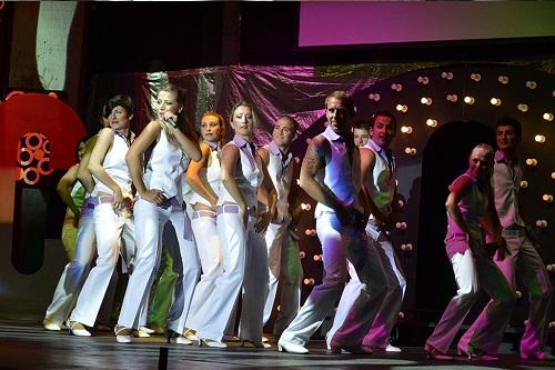 اجرای نمایش های مختلف در سالن هتل باروت لارا