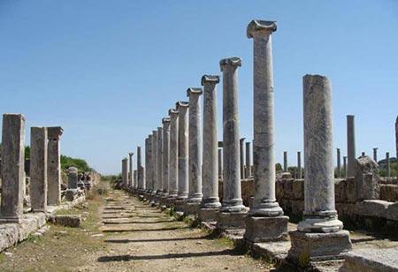 Perge، دارای مجسمه های تاریخی و آثار باستانی می باشد