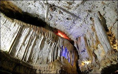 سقف غار علیصدر پوشیده از رسوبات کربنات کلسیم خالص است