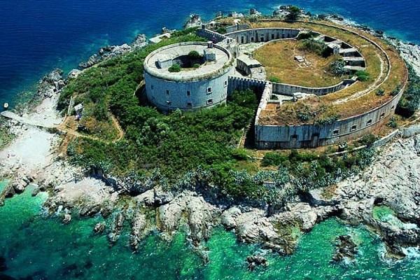 ساخت یک هتل ۵ ستاره، درون زندان