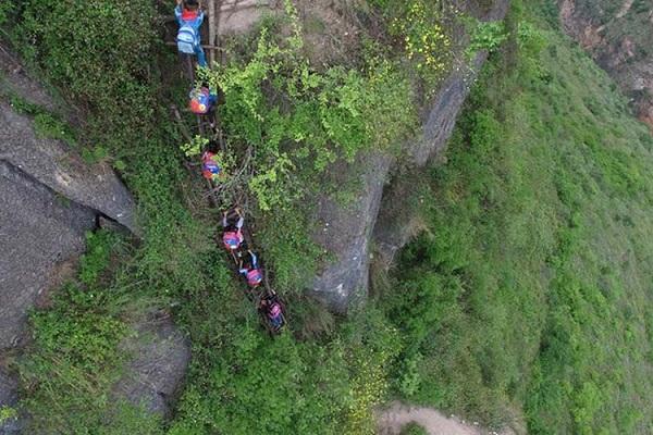 مدرسه ای در چین با مسیری مرگبار