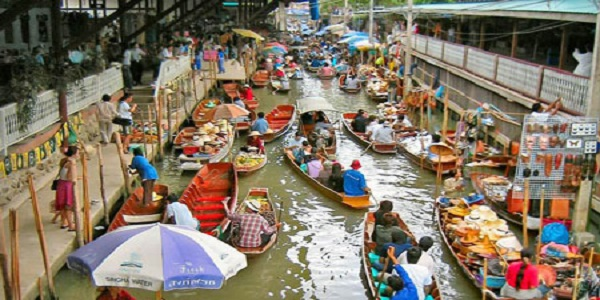 بازاری زیبا که برروی آب قرار دارد