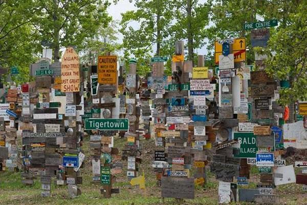 جنگل عجیب تابلوهای ترافیکی در کانادا