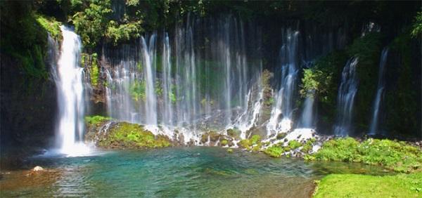 آبشار شیرایتو در فوجی نومیا، ژاپن به ارتفاع کلی 20 متر