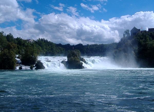 آبشار راین (Rhine falls) در شمال سوئیس با ارتفاع کلی 32 متر