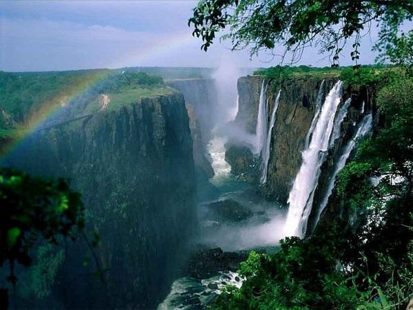 آبشار ویکتوریا در جنوب آفریقا بر رودخانه زامبزی