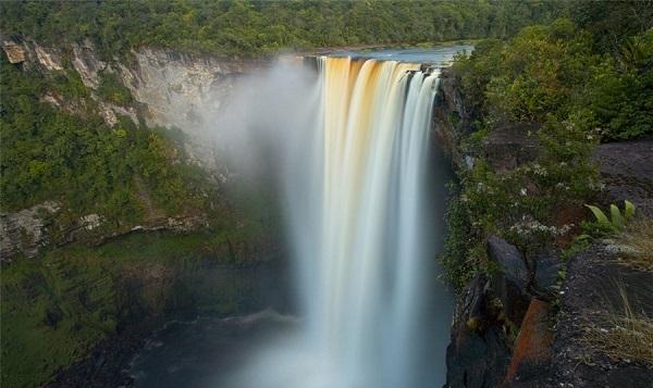 آبشار کایتور در خط مرزی زامبیا و زیمبابوه به ارتفاع کلی 226 متر