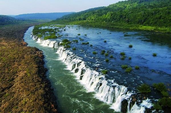 آبشاری شگفت انگیز که در رودخانه جریان دارد