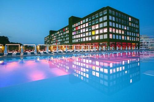 هتل آدم و حوا (نمای ساختمان اصلی هتل در شب)