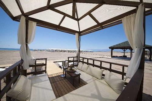تخت های مخصوص حمام آفتاب در ساحل اختصاصی