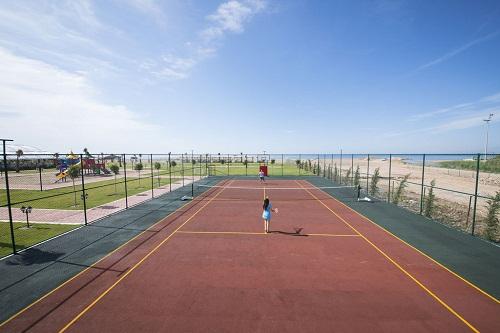 امکانات تفریحی در هتل رامادا ریزورت لارا (زمین تنیس)