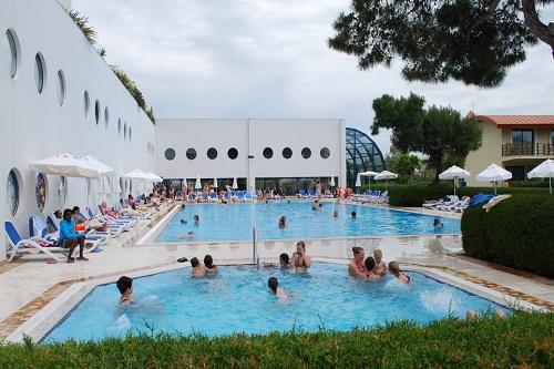 استخر آب گرم روباز هتل تایتانیک بیچ لارا آنتالیا