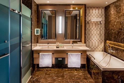 سرویس بهداشتی و حمام اتاق های استاندارد هتل رگنوم