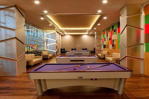 میز بیلیارد در سالن بازی هتل رگنوم