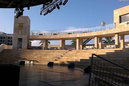 اجرای نمایش های مختلف در آمفی تئاتر روباز هتل رگنوم