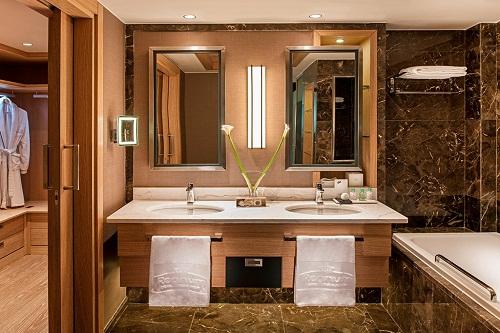 سرویس بهداشتی و حمام اتاق های Golf Room by Pool هتل رگنوم