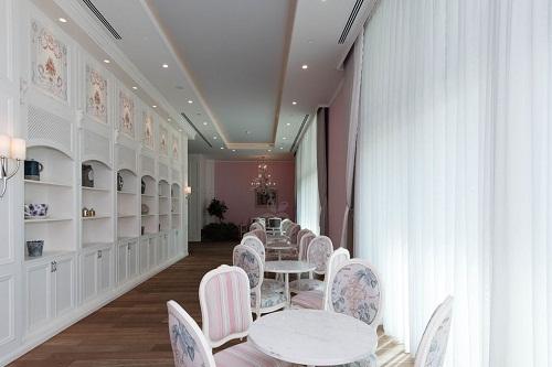 سالن سرپوشیده شیرینی پزی Macaroon Patisserie در هتل رگنوم
