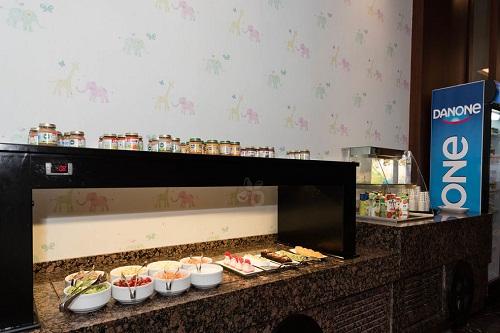 غذای مخصوص کودکان در رستوران اصلی هتل رگنوم