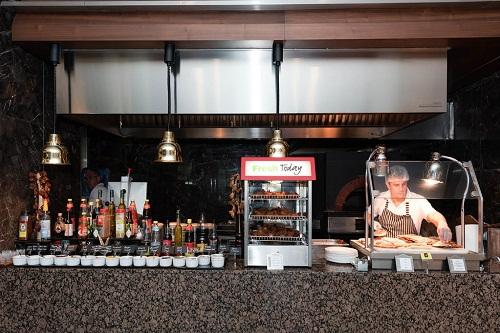 سرو غذا در حضور مهمانان در رستوران اصلی هتل رگنوم