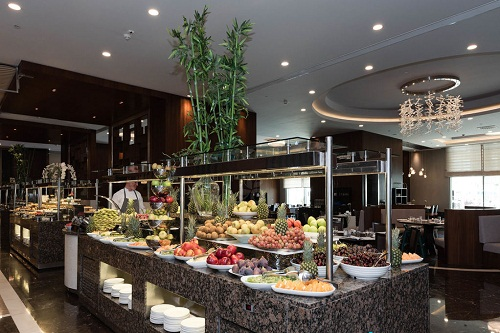 بخش سرو انواع میوه های فصل در هتل رگنوم