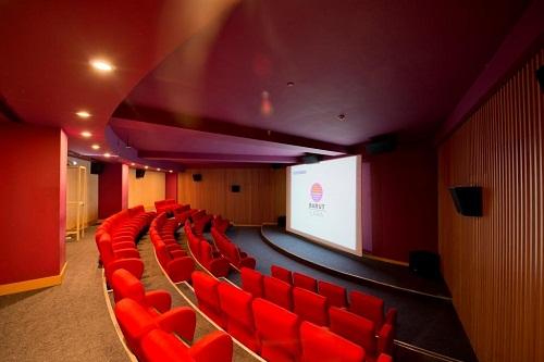 سالن سینما در هتل باروت لارا