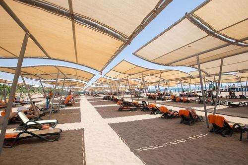 صندلی های مخصوص حمام آفتاب در ساحل اختصاصی هتل شروود لارا