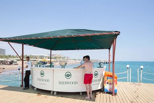 اسنک بار ساحلی بر روی اسکلۀ ساحل اختصاصی هتل شروود لارا