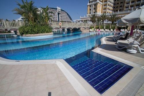 استخر اصلی هتل رویال هالیدی پالاس