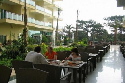 فضای تابستونی رستوران هتل گرند رینگ آنتالیا