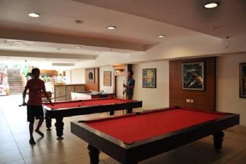 میز بیلیارد در سالن بازی در هتل 5 ستاره سی لایف آنتالیا