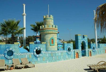 Sealanya، دارای قسمت های مختلفی مانند نمایش دلفین ها، شنا کردن با دلفین ها و ... میباشد