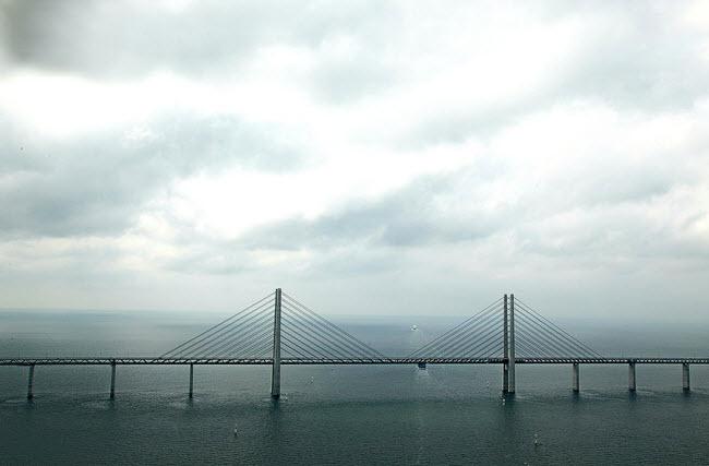 پل بسیار زیبایی که نصف آن از زیر آب عبور می کند