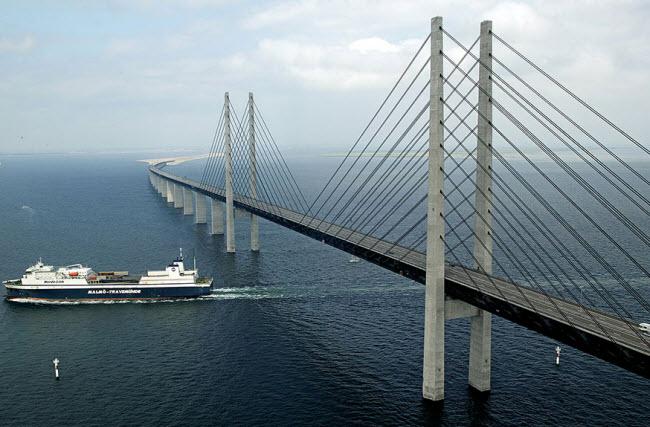پلی که از زیر آب عبور می کند
