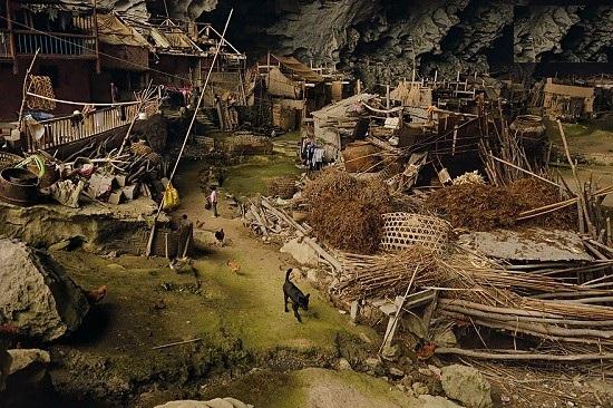 غاری جالب در چین با 100 نفر جمعیت