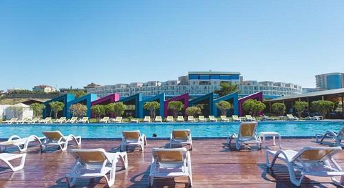 تخت های استراحت کنار استخری هتل آف باکو