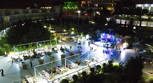 نمایی از رستوران بیرونی هتل آف در شب