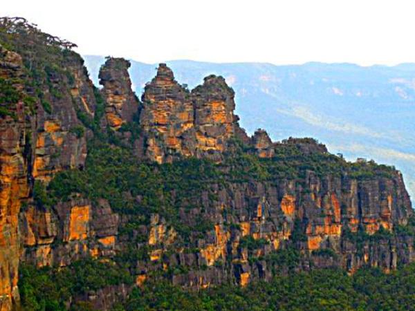 کوه های سنگی سه خواهر