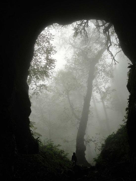غار شگفت انگیز آویشو در جنوب غربی شهر شاندرمن