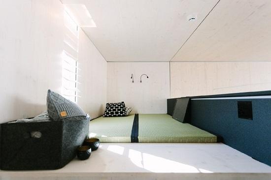 اتاق خواب که در نیم طبقه بالا می باشد