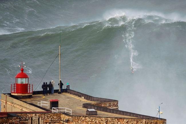 تفریح با موج های غول آسای پرتغال